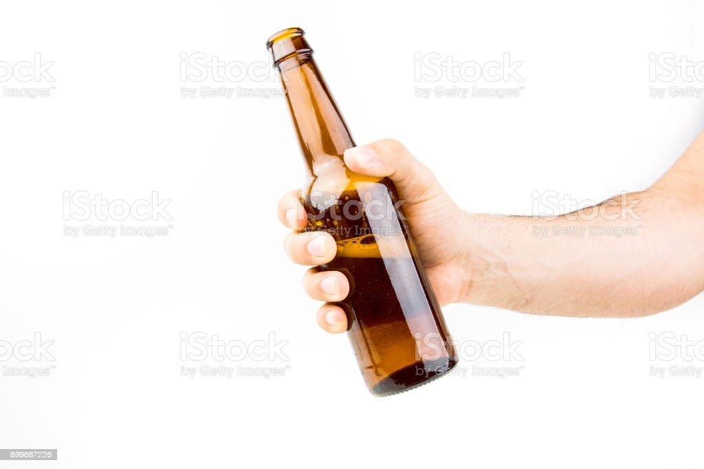 Mano agarrando botella de cerveza - foto de stock