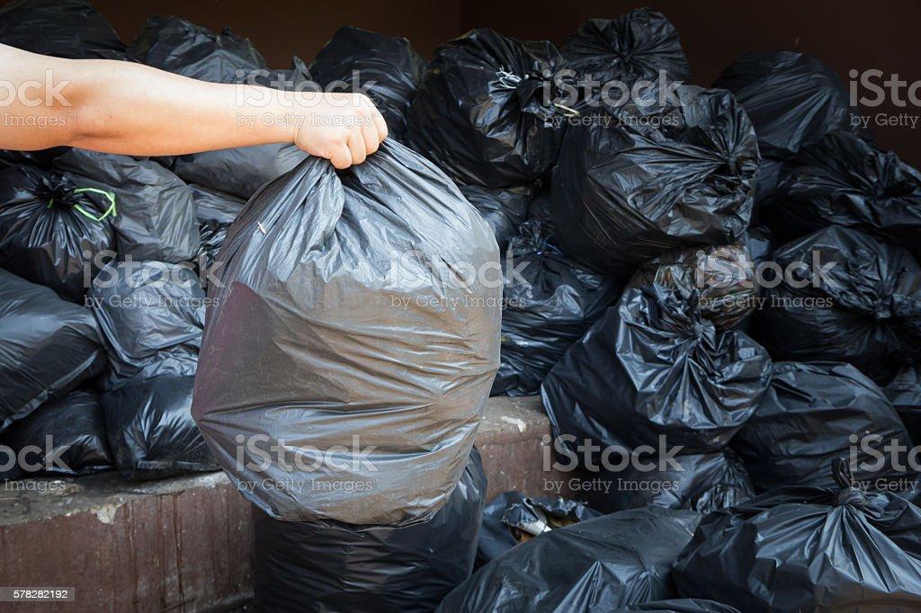 hand holding black trash bags – Foto