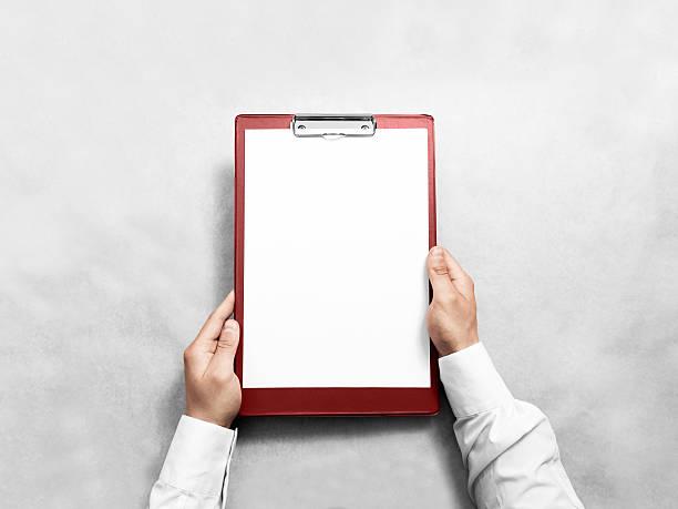 hand holding blank red clipboard with white paper design mockup - unterrichtsplanung vorlagen stock-fotos und bilder