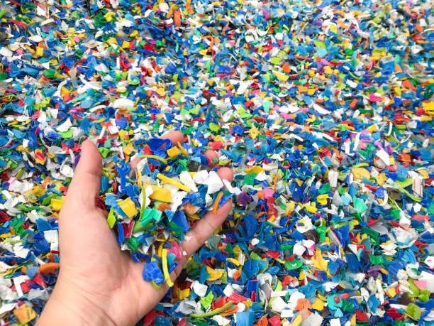 hand, die bottle flakes, pet bottle flakes, plastikflasche zerkleinert, kleine stücke geschnittenen bunten plastikflaschen - polypropylen stock-fotos und bilder