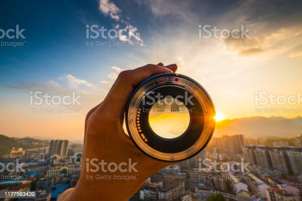 Hand holding camera lens picture id1177563420?b=1&k=6&m=1177563420&s=612x612&h=7dxmnhqpdoy3xy9xvweys2wgptaljv0tm7zvpddp9ny=