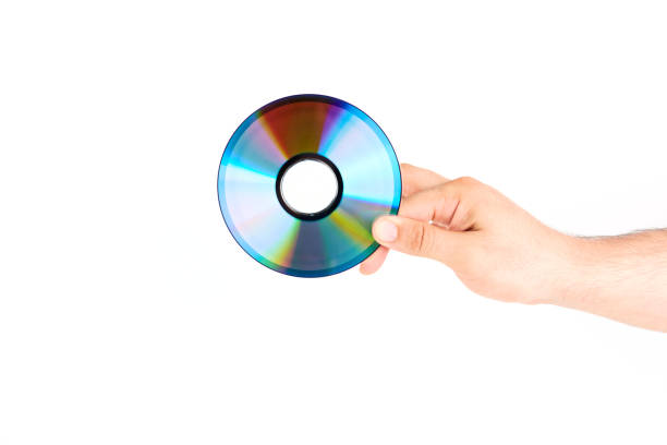main tenant le disque cd/dvd - blu ray disc photos et images de collection