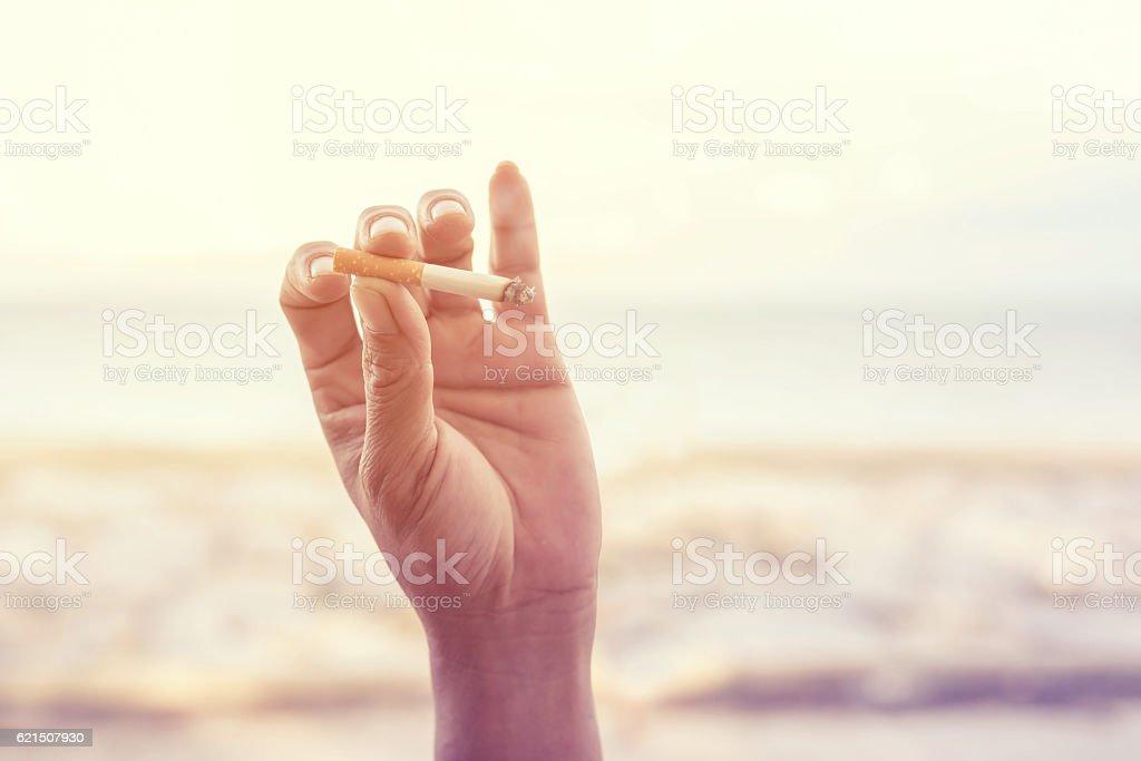 Main tenant une cigarette  photo libre de droits