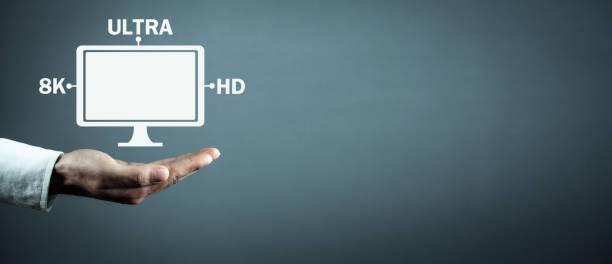 Hand hält Computer-Monitor. 8K Ultra HD. Digitale Videotechnik – Foto