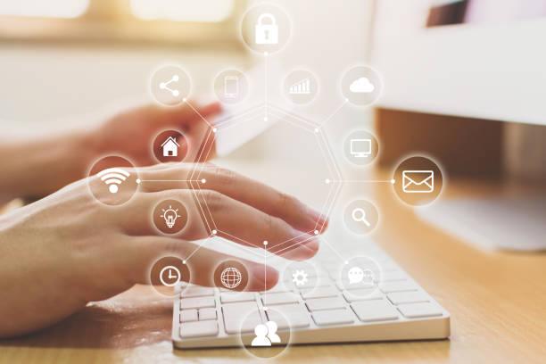 hand holding creditcard en met behulp van computerdesktop met pictogram technologie internet van dingen (iot). innovatieve gemak slim leven concept - gemak stockfoto's en -beelden