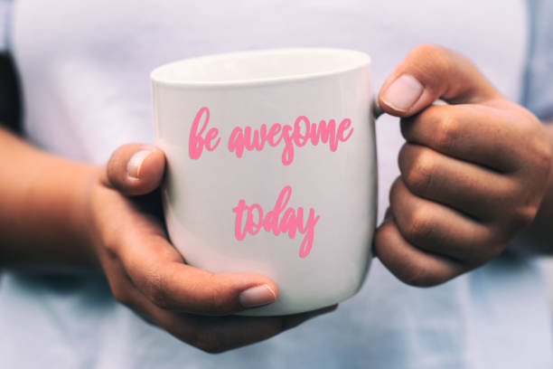 hand hält tasse kaffee mit inspirierender zitate- - glückliche montagszitate stock-fotos und bilder