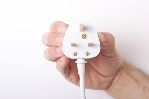 main tenant prise électrique - prise électrique à trois fiches photos et images de collection
