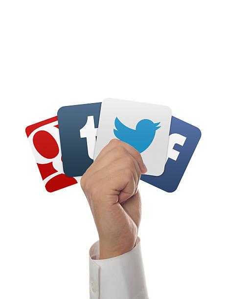 hand hält, google, facebook und tumblr, twitter Symbole auf weißem Hintergrund – Foto