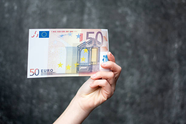 Hand holding Fünfzig euro note – Foto