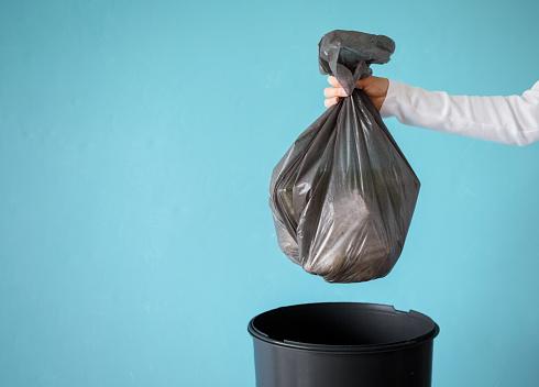 Hand Hållande Sopor I Plast Påse-foton och fler bilder på Avfallsbehållare