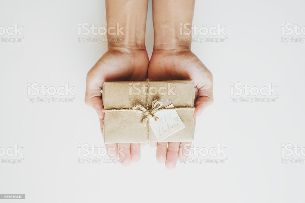 Hand holding gift box, with happy valentines day card – Foto