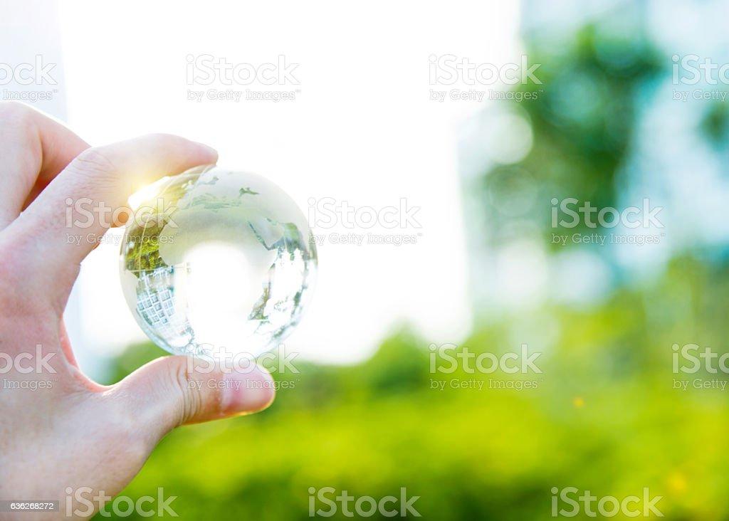 Main tenant globe en verre - Photo