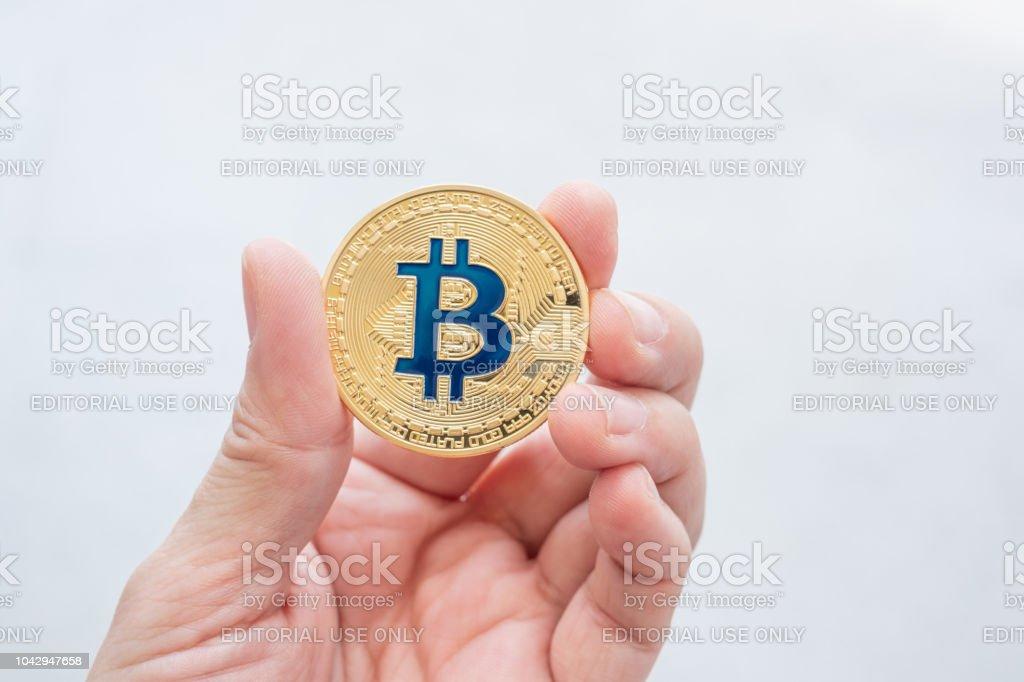 Altın bitcoin beyaz backgorund.digital currency.banking finans teknolojileri üzerinde tutan el. stok fotoğrafı
