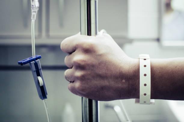 hand halten iv stand - canda armband stock-fotos und bilder