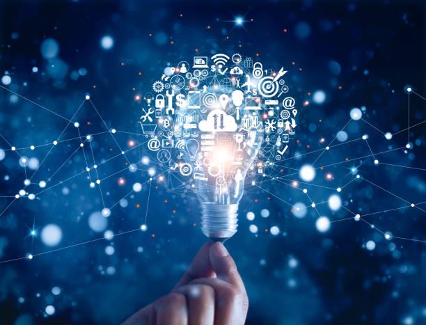 рука проведения лампочка и бизнес цифровой маркетинг инновационные технологии значки на сетевом соединении, синий фон - технологии стоковые фото и изображения