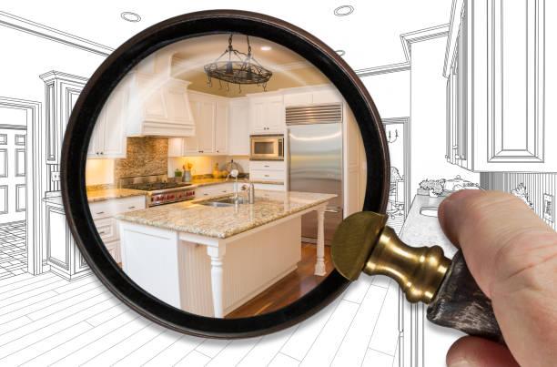 Hand halten Lupe enthüllen fertige Küche bauen über Zeichnung – Foto