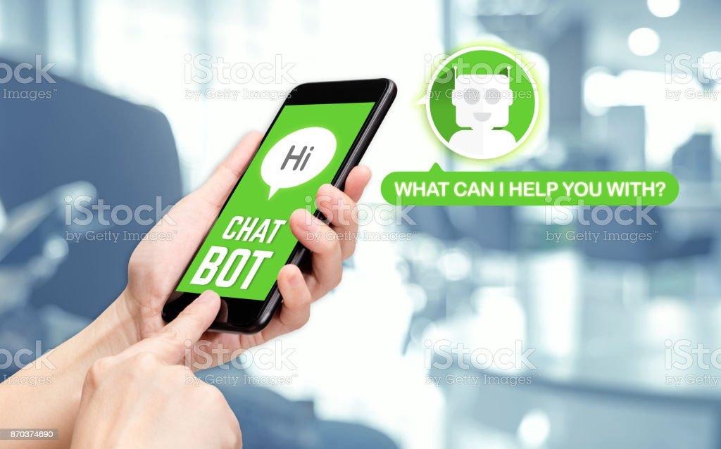 Hand, die mobile Chat mit Bot auf SMS-app mit Unschärfe Office-Hintergrund, künstliche intelligence(ai) bot – Foto