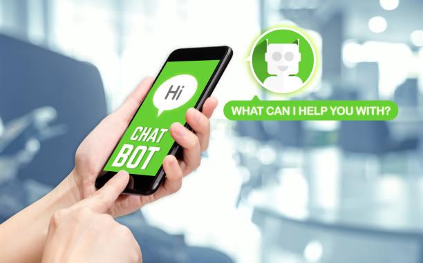 main tenant conversation mobile avec bot sur message mobile app avec flou fond de bureau, bot intelligence(ai) artificielle - chatbot photos et images de collection