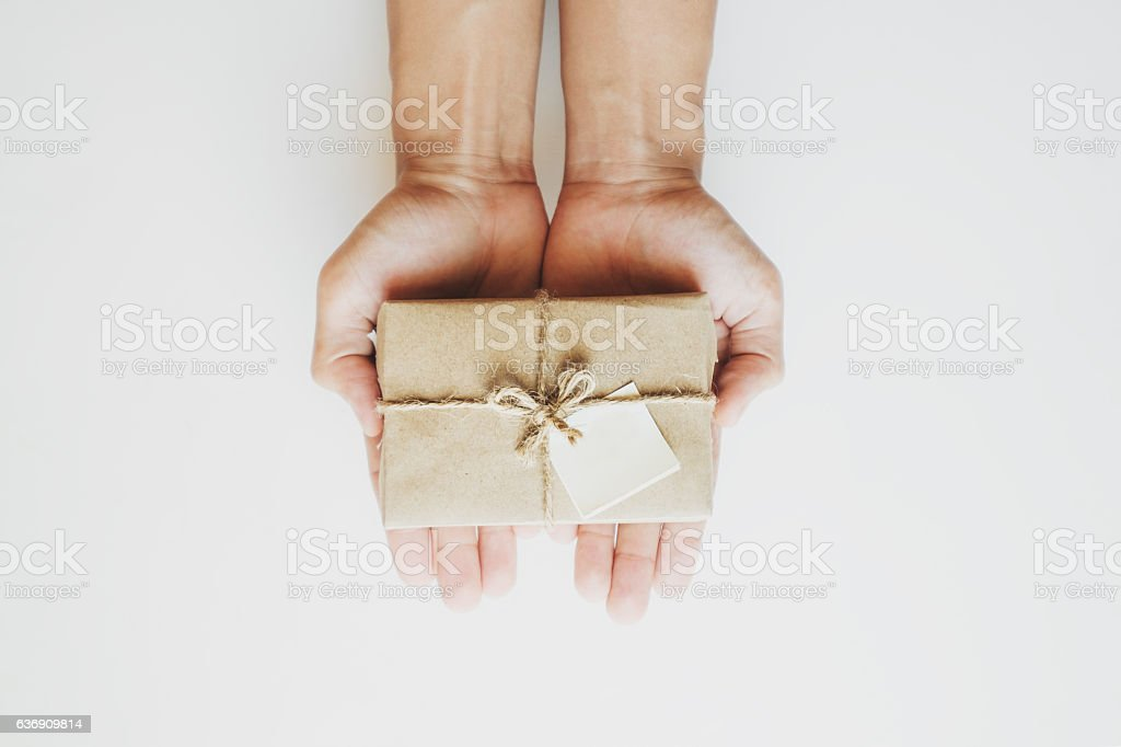 Hand holding parcel post gift box, with blank paper note, – Foto
