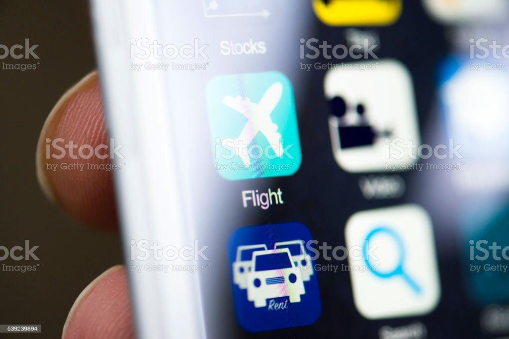 Mano sosteniendo teléfono, vuelo aplicación en la pantalla foto de stock libre de derechos
