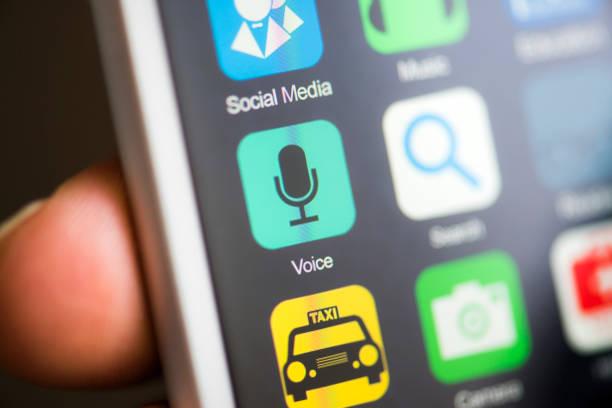 hand hält telefon, anrufbeantworter, rekord app auf dem bildschirm - geräusche app stock-fotos und bilder