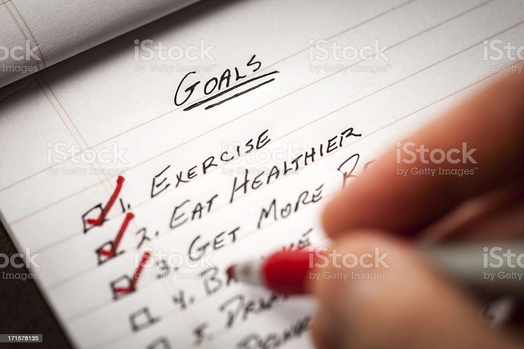 Hand Holding rote Markierung Stift Check-Off List) der Ziele – Foto