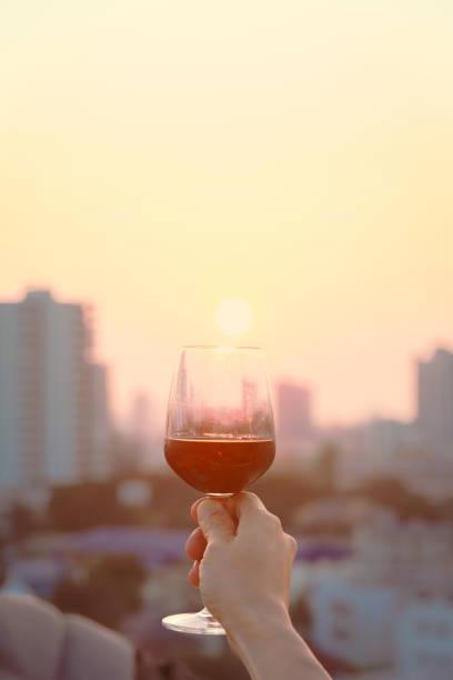 Main retenant le verre de vin rouge - Photo