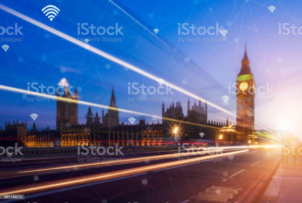Akıllı telefon ve ağ bağlantısı ile şehir tutan el. Akıllı şehir ağ bağlantı kavramı. - Royalty-free Bağlantı Stok görsel