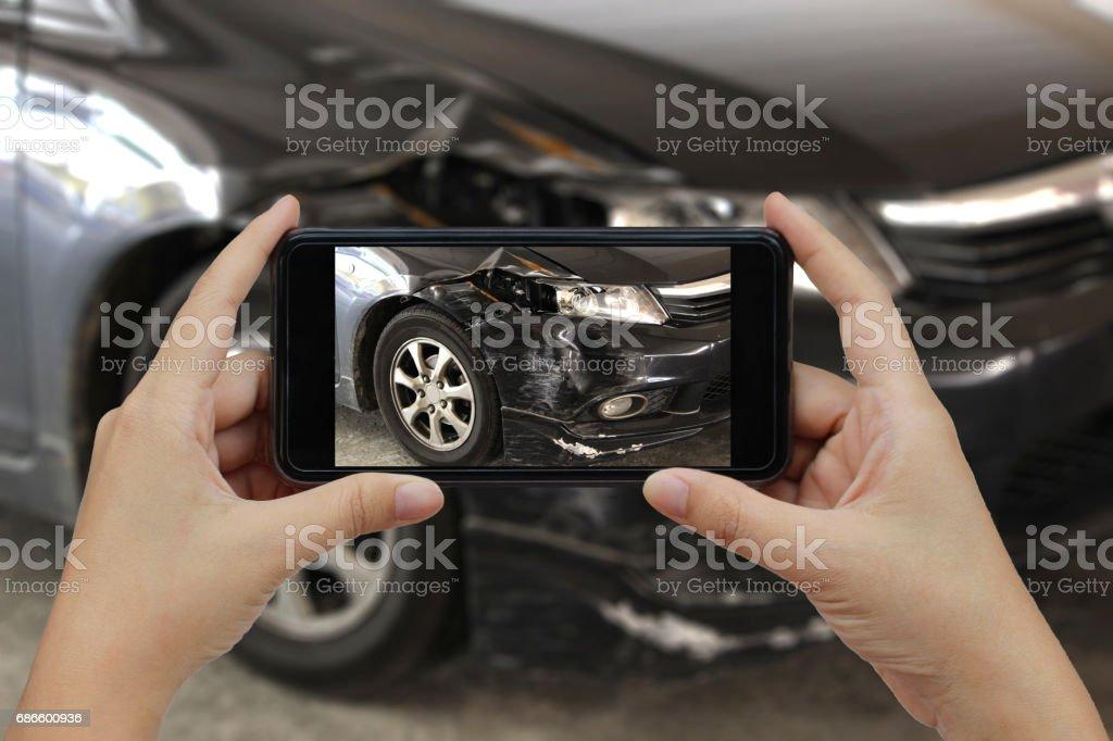 Main tenant le téléphone intelligent de prendre une photo sur les lieux d'un accident de voiture, accident de voiture pour l'assurance - Photo