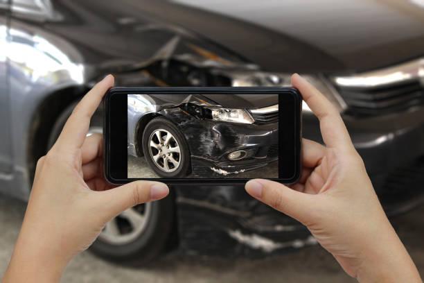 Hand hält Smartphone-nehmen Sie ein Foto bei der Szene von einem Autounfall, Autounfall Versicherung – Foto