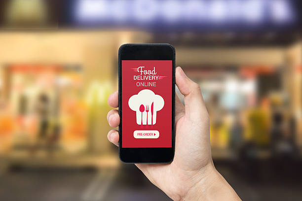 Hand holding smart phone with food delivery order screen. – Foto