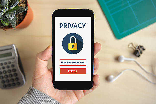 hand holding smart phone with online privacy concept on screen - design plat photos et images de collection