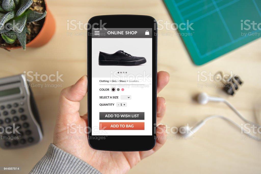 Mano de teléfonos inteligentes con el concepto de tienda online en la pantalla foto de stock libre de derechos