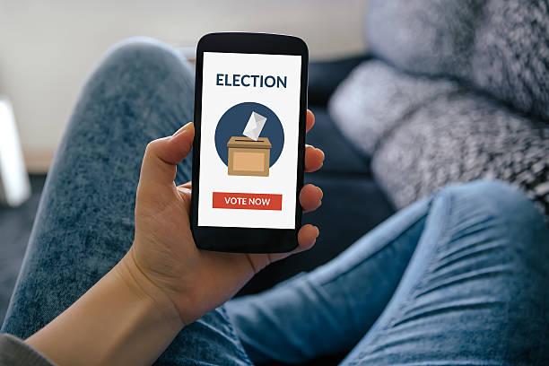 main tenant smartphone avec vote en ligne concept à écran plat - vote photos et images de collection