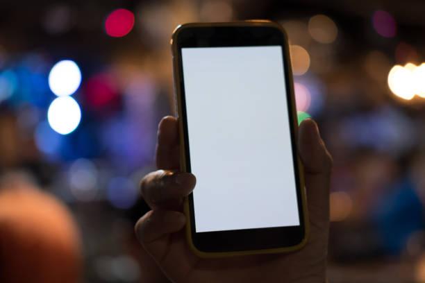 Hand mit Smartphone im Pub. Handy mit leeren Bildschirm im restaurant – Foto