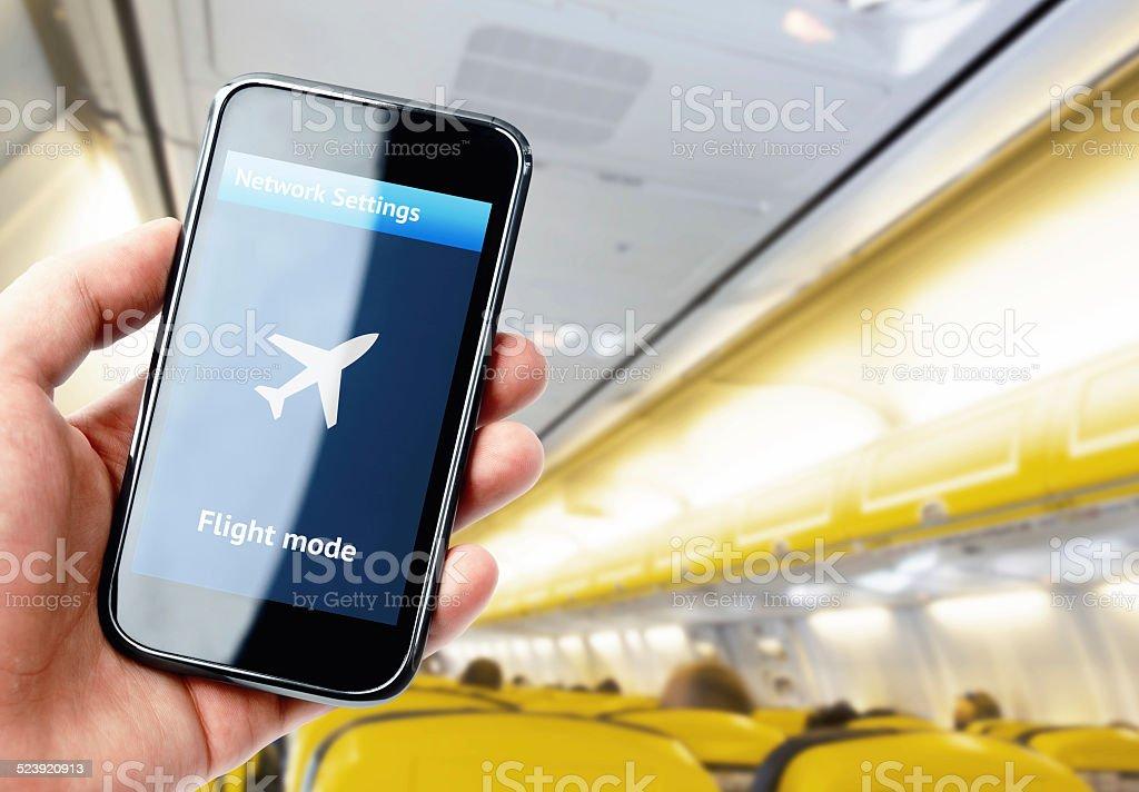 Hand holding smartphone im Flugzeug - Lizenzfrei Ausrüstung und Geräte Stock-Foto