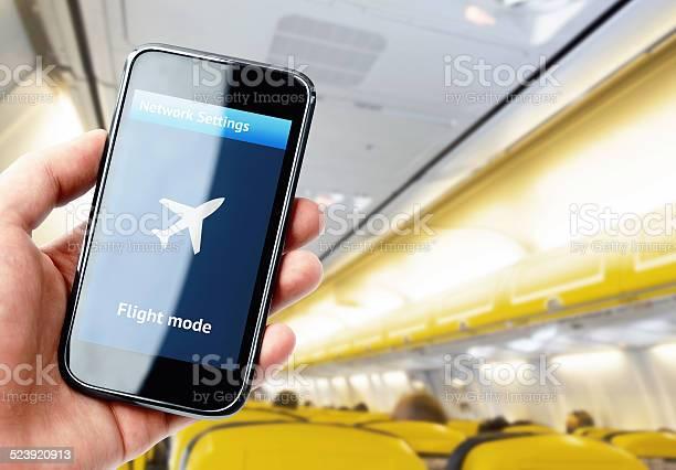 Hand Holding Smartphone Im Flugzeug Stockfoto und mehr Bilder von Ausrüstung und Geräte