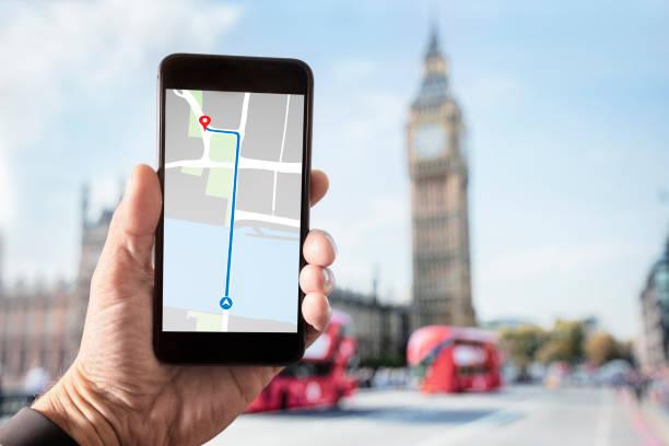 Hand hält Smartphone mit Karte auf dem Bildschirm in London – Foto