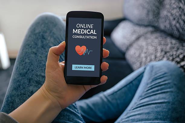main tenant smartphone avec consultation médicale concept en ligne sur écran plat - design plat photos et images de collection
