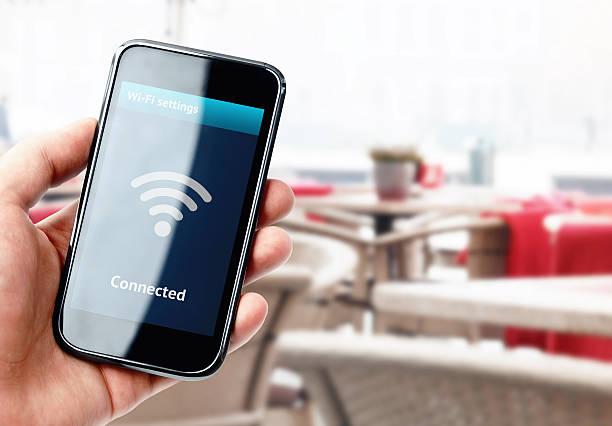 ハンド保持スマートフォン、wi -fi 接続で、カフェ ストックフォト