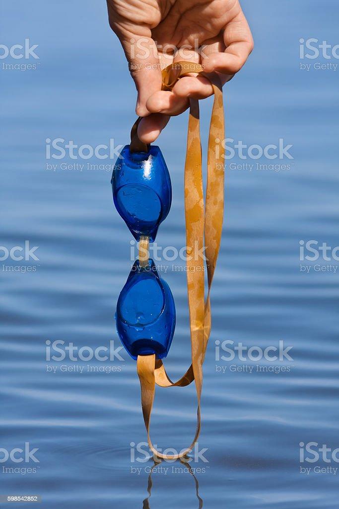 hand holding swimming goggles photo libre de droits
