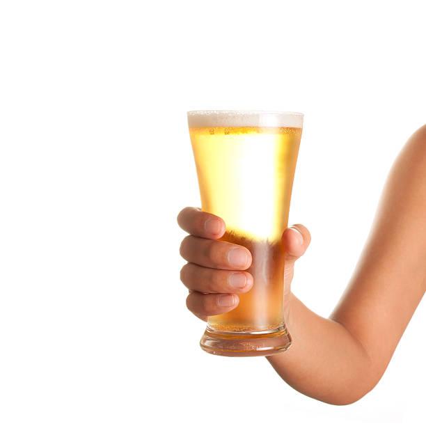 Mano sosteniendo arriba un vaso de cerveza - foto de stock