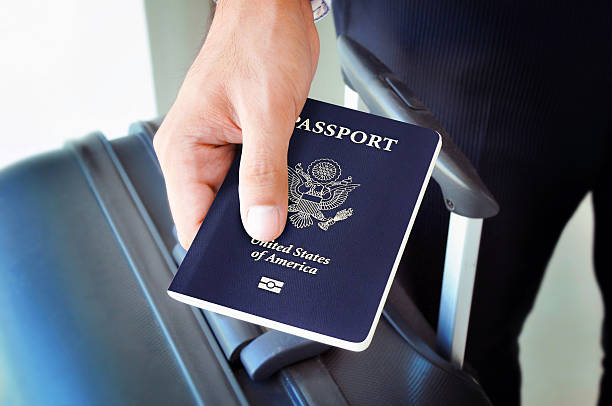 Hand holding US-passport – Foto