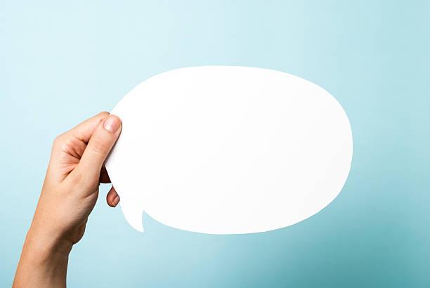 main tenant blanc vide annoncer. converse bulle de dialogue, bleu en arrière-plan - bulle de dialogue photos et images de collection
