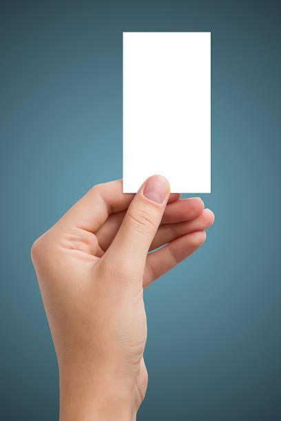 Mano agarrando blanco en blanco tarjeta de visita de negocios, tienda de regalos, incidencia, pasar - foto de stock