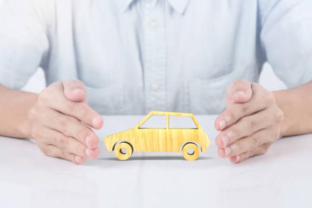 Hand hält Holz Kfz-Versicherung. Unfalldeckung Prävention Konzept. – Foto