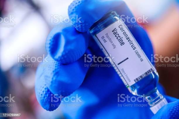 손 보유 코로나바이러스 코비드19 백신 유리 병 COVID-19에 대한 스톡 사진 및 기타 이미지