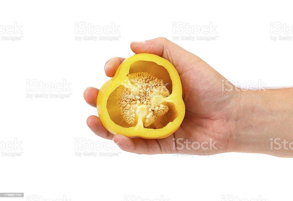 Mano tiene la mitad de pimiento amarillo. foto de stock libre de derechos