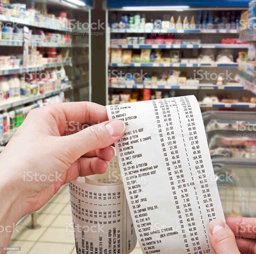 hand hält die check-in-Supermarkt – Foto