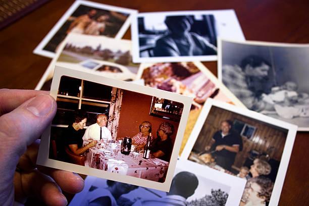 mão segura vintage fotografia de pais e avós e avôs casal - pilha arranjo - fotografias e filmes do acervo